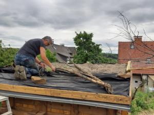 das Dach mit Dachpappe und Fließ abgedeckt und mit Sand- Kiesgemisch befüllt