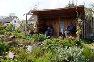 Andreas und Corinna mit einem Pott Kaffee in der Gartenlaube