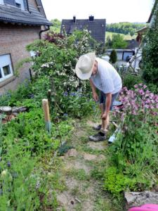 Andreas schlägt die Bodenhülsen für die Stützpfeiler ein